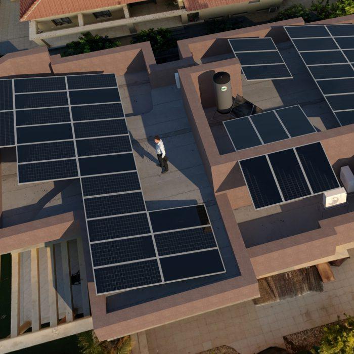 פיזור יחידות סולאריות על גג וילה